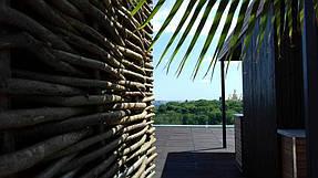 Оформление зоны отдыха на крыше здания, декоративный забор 2