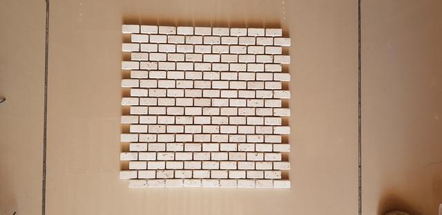 Мозаика из белого травертина натурального 30.7х30.7х1