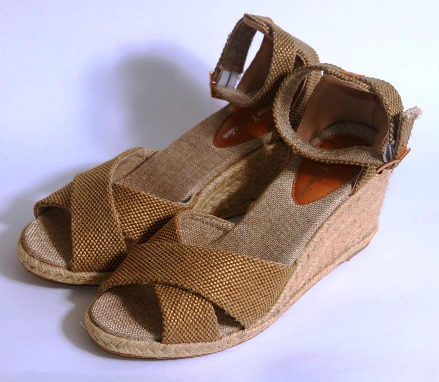Сандалии на каблуке на бечевке под золото