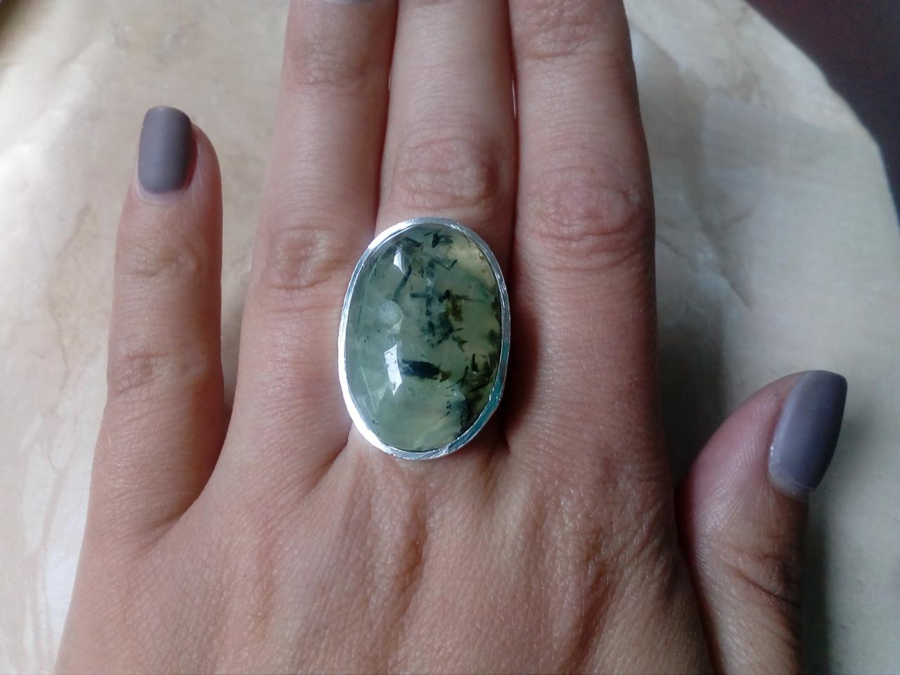 Пренит кольцо с натуральным пренитом в серебре 18.3 размер