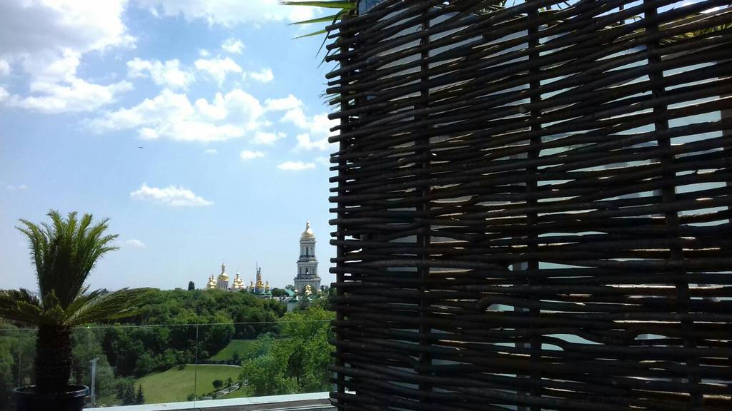 Оформление зоны отдыха на крыше здания, декоративный забор 1
