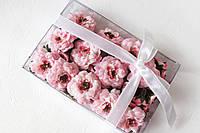 Набор декоративных цветочков с листиками в коробочке розового цвета