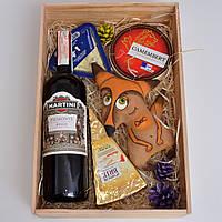 Подарочный набор для женщины, девушки (вино мартини, сыры, игрушка). Необычный, оригинальный подарок.
