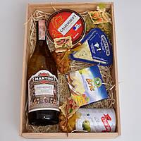 Подарочный набор для девушки, женщины (вино мартини, сыры, оливки, орехи). Необычный, оригинальный подарок.