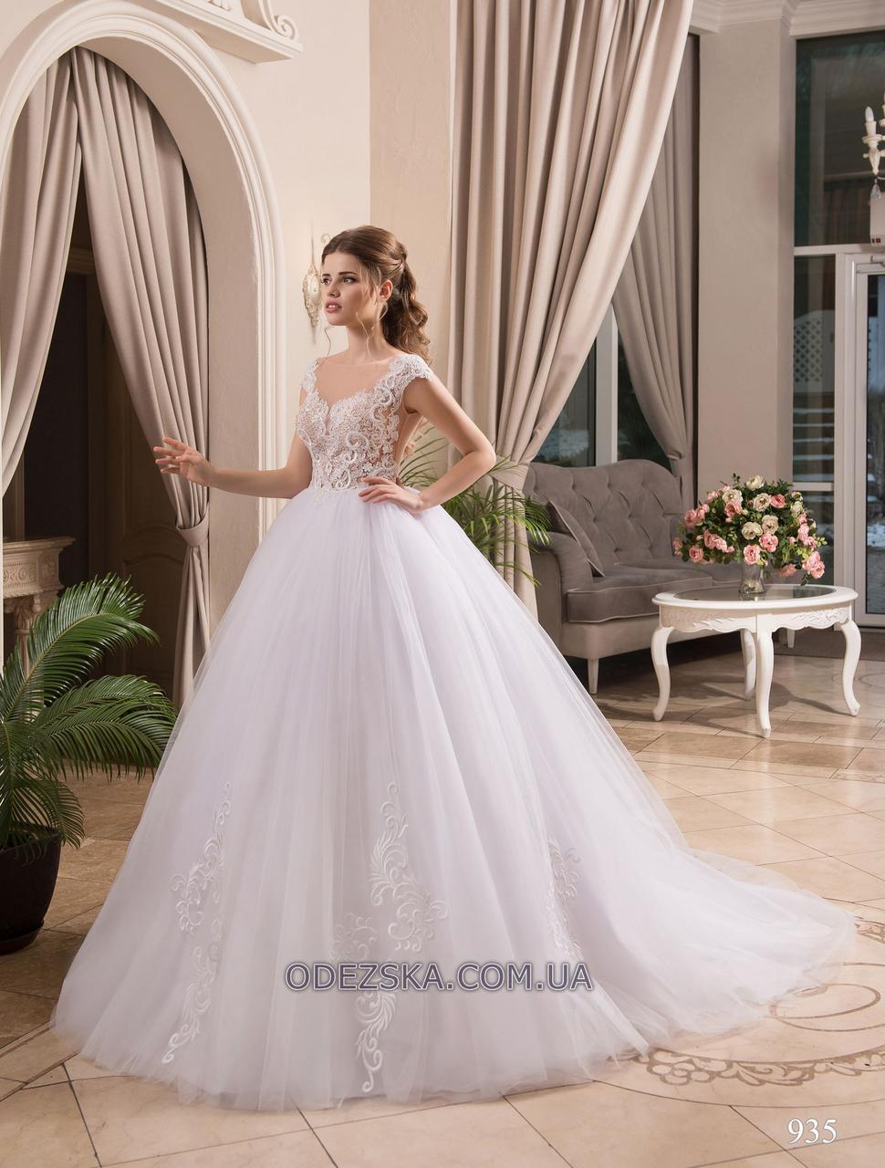 Пышное яркое свадебное платье со шлейфом