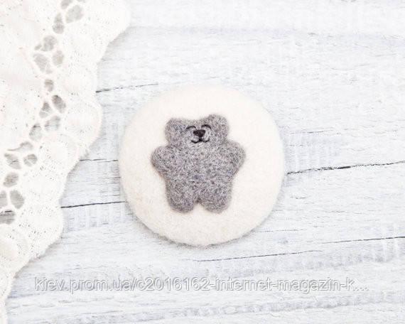 Брошка ручной работы Медвежонок на белом войлоке