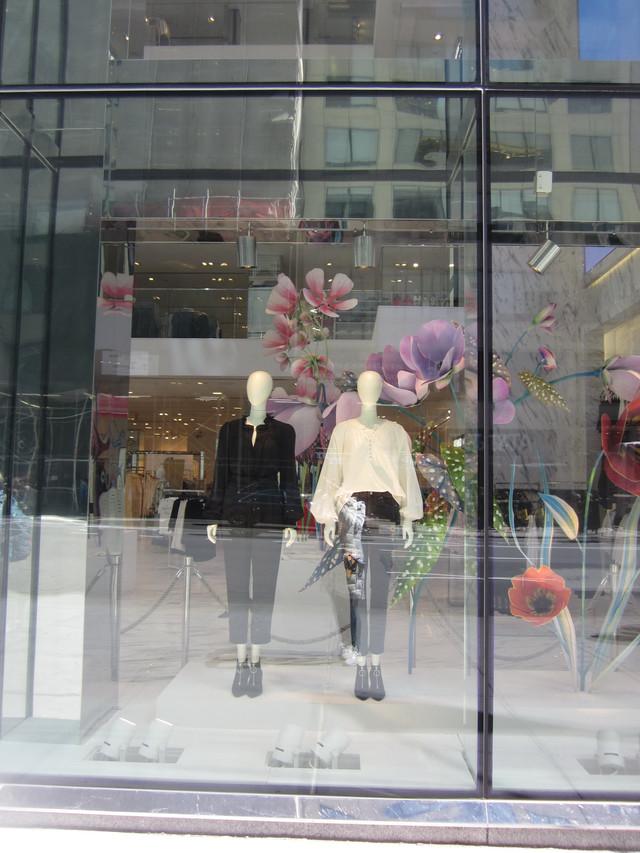 Раздел Женские брюки - фото teens.ua - Нью-Йорк,витрина магазина