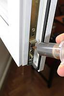Смазка фурнитуры. Фурнитуру нужно смазывать хотя бы раз в год, чтобы окно без труда открывалось и закрывалось. Обычно при выполнении регулировки мы смазываем сразу и фурнитуру.