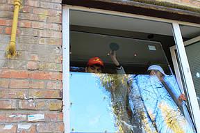 Замена стеклопакета. Стеклопакет меняется в двух случаях: если он разбился, и если заказчик хочет поменять однокамерный стеклопакет на двухкамерный с целью увеличения теплоизоляционных свойств окна.