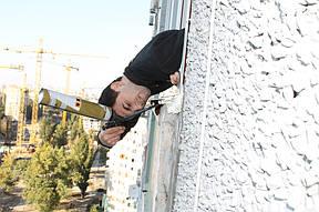Также выполняем наружную герметизацию монтажного шва окна, чтобы холод с улицы не поступал в помещение.