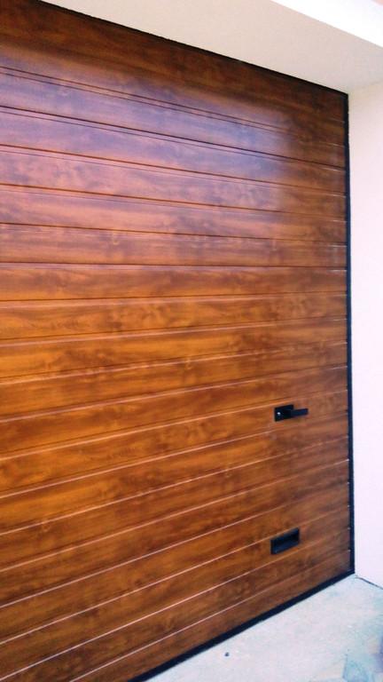 Гаражные секционные ворота Алютех в цвете золотой дуб, тип панели S-гофр, 3000х2500