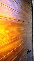 Гаражные секционные ворота Алютех. Тип полотна S-гофр (узкий гофр). Цвет золотой дуб. Фактура панелей гладкая.