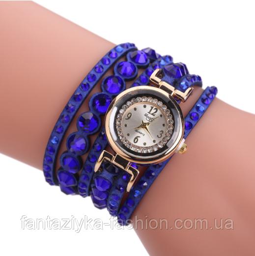 Часы на руку с клепками на многослойном синем браслете