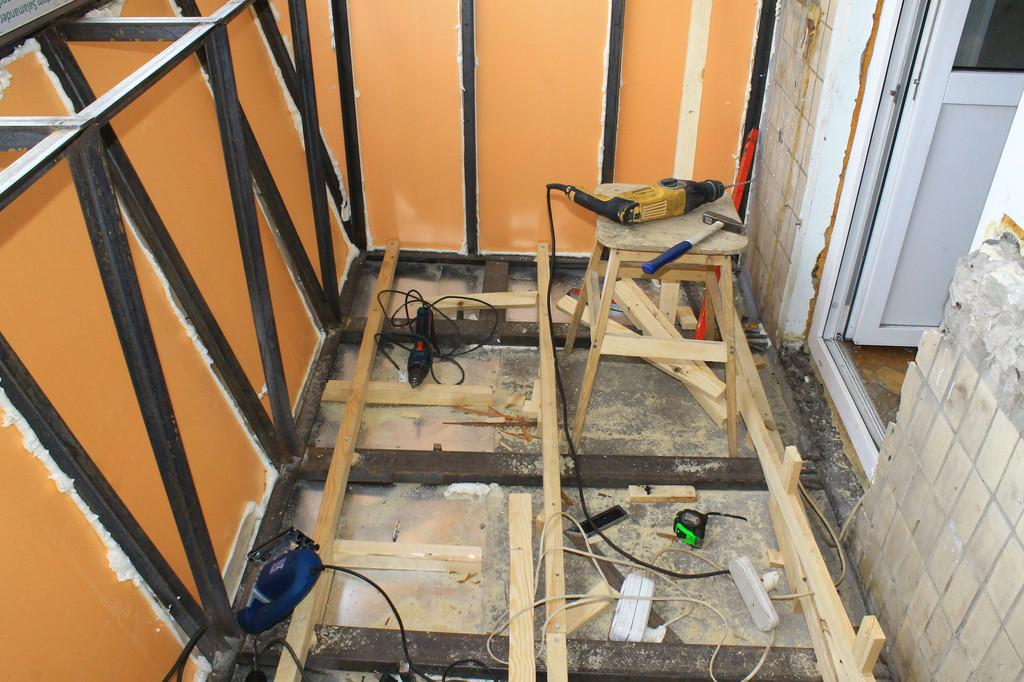 Для пола монтируется специальный каркас из деревянных лаг, между которыми прокладывается утеплитель. Металлические швеллера – это основная составляющая часть выноса балкона по полу.