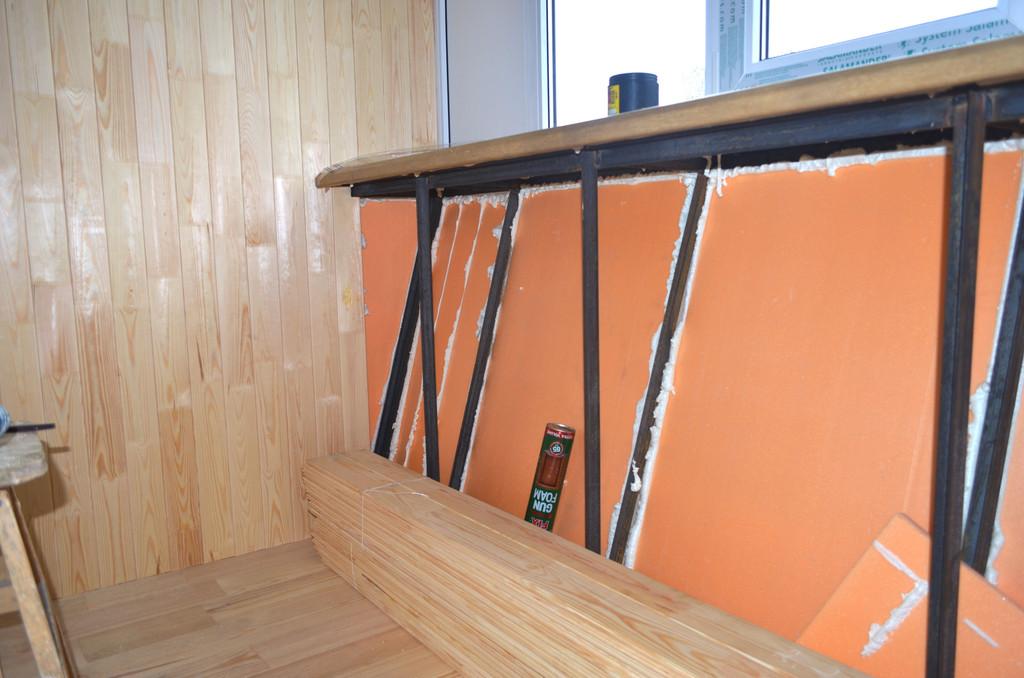 На пол ложится доска пола толщиной 35 мм. При необходимости, можем постелить линолиум или ламинат, но наш заказчик пожелал оставить его деревянным.