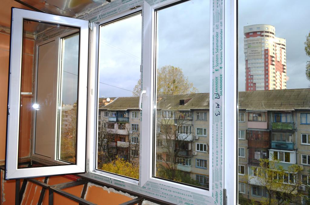 Один из важнейших этапов в ремонте балкона является его остекление. На этом балконе мы установили однокамерный профиль Salamander.