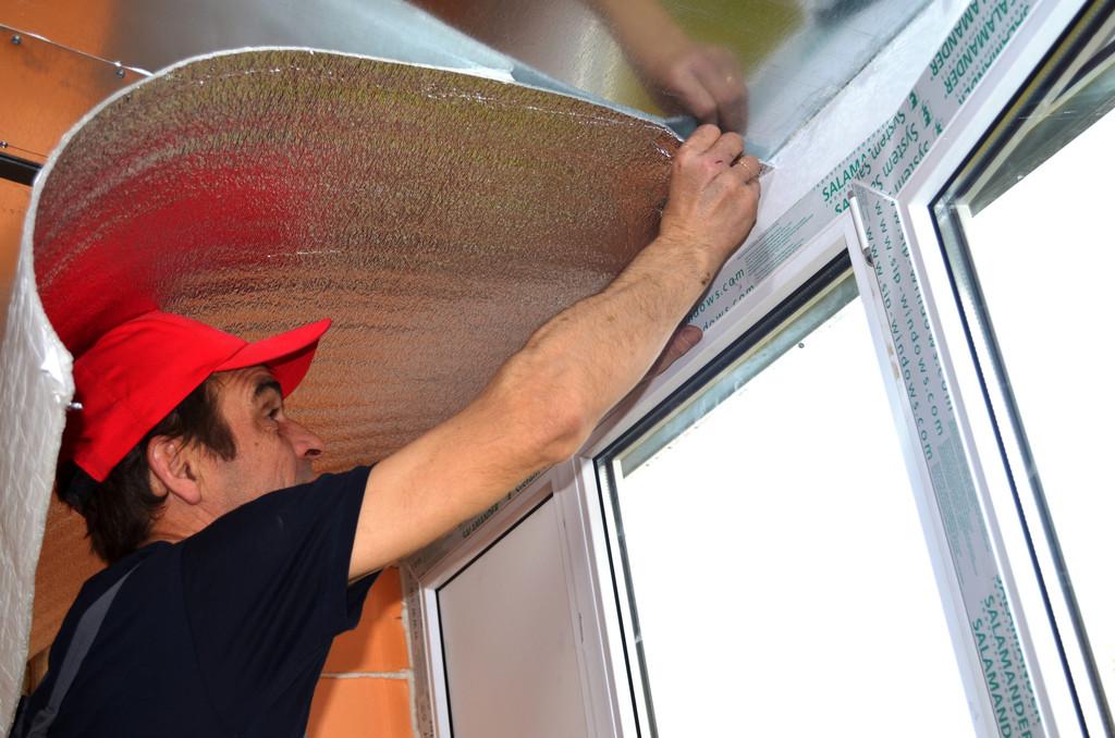 И укладываем его на потолок. Это создаст защитный паро- и гидробарьер.