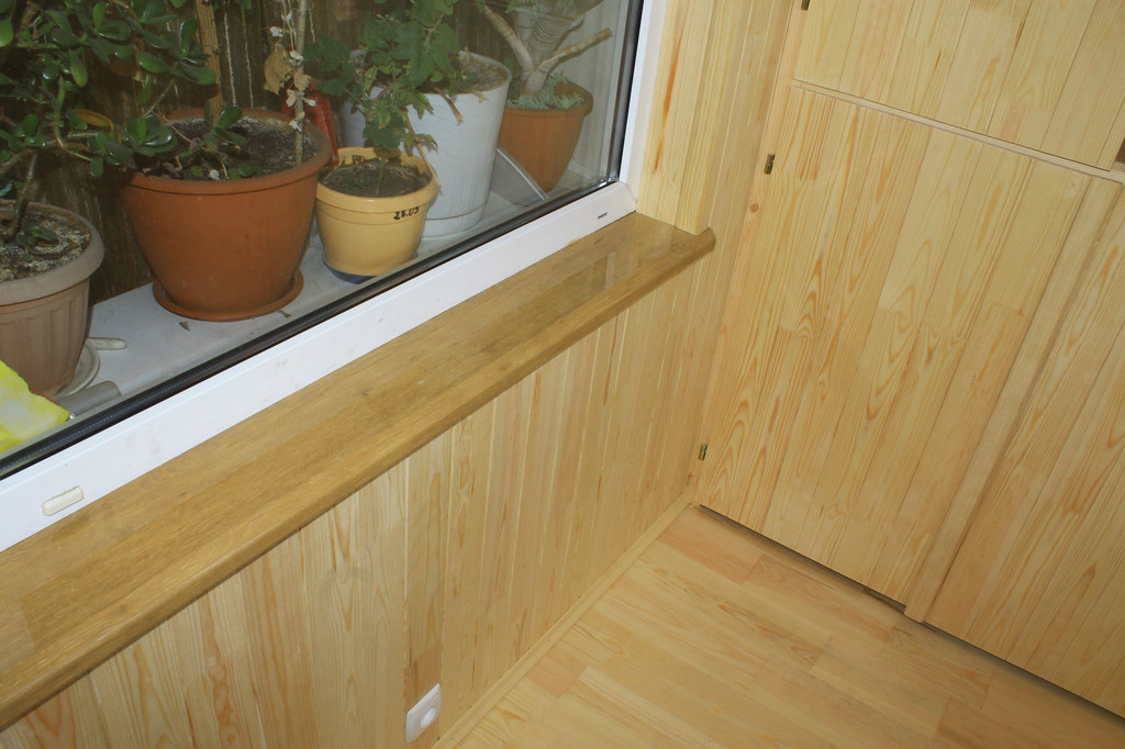 Далее можно приступать к внутренней отделке балкона. Заказчик в качестве отделки выбрал деревянную вагонку сосна без сучка.
