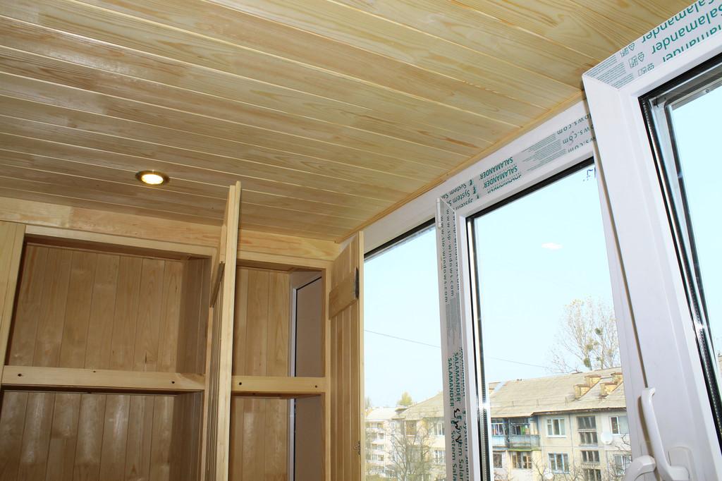 Потолок можно сделать деревянным, или обшить пластиковой бесшовной вагонкой. Опять же, всё зависит от предпочтений заказчика.
