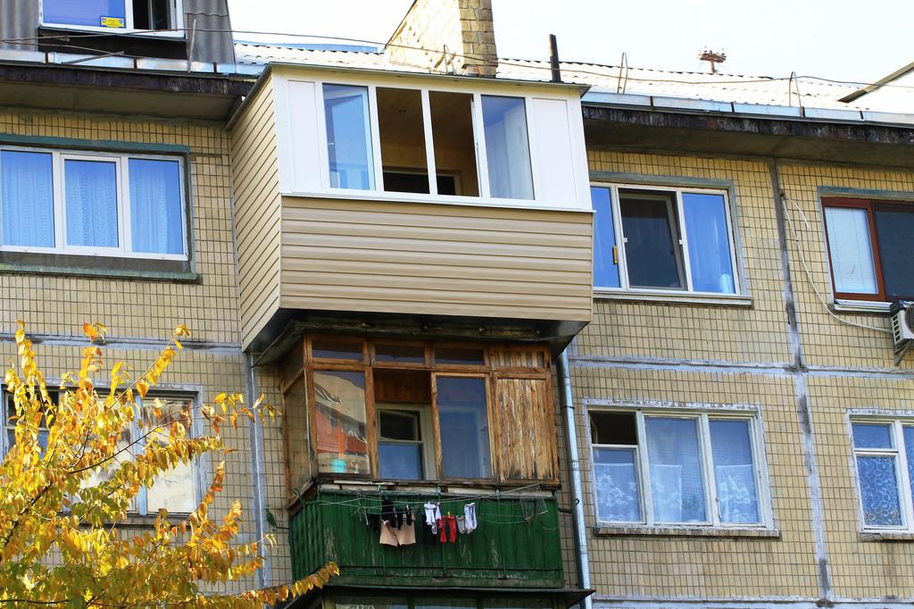 На этом фото видно, насколько наш балкон с выносом отличается от соседского без выноса.