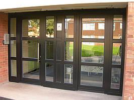 Входная металлопластиковая дверь Rehau из цветного профиля. Цвет стандарт