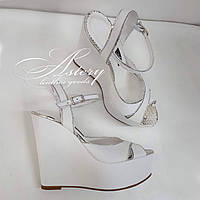 Женские свадебные белые босоножки из кожи с серебристым питоном на высокой танкетке