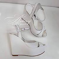 Женские свадебные белые босоножки из кожи с серебристым питоном на высокой  танкетке 76f5d73e63ac1