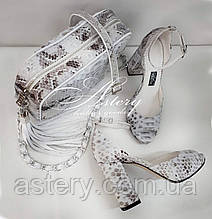 Женские светло-серые босоножки из питона на высоком каблуке
