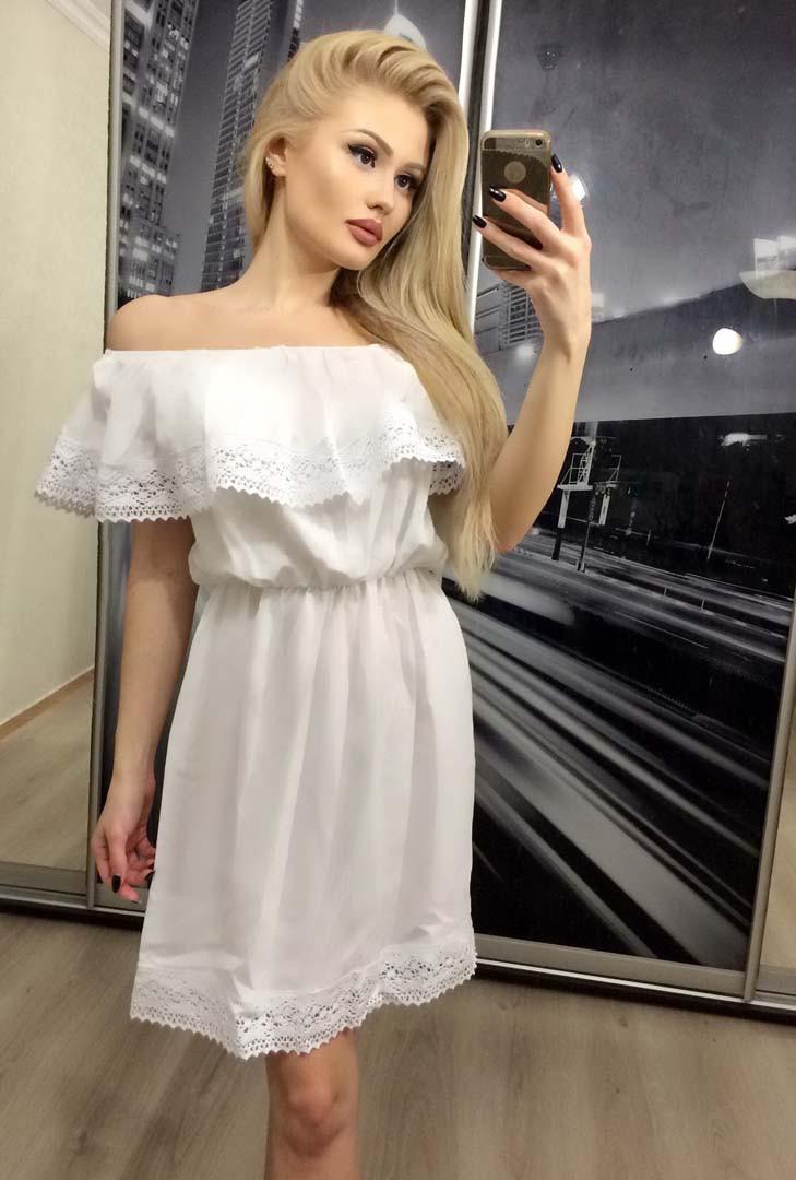 Летнее платье с воланом на плечах