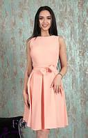 Летнее персиковое платье с облегающим верхом и пышной юбкой