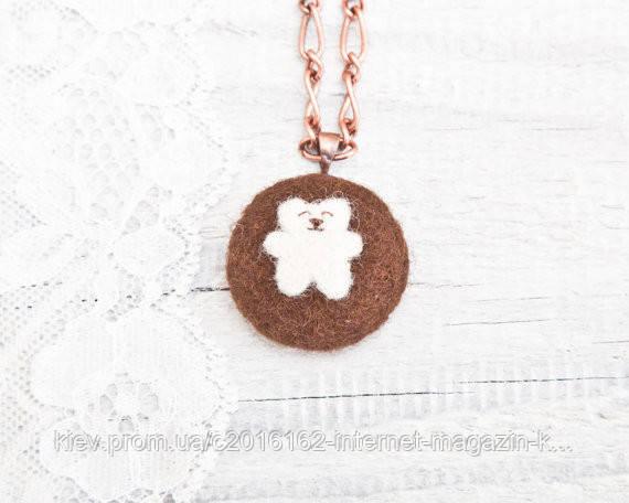 Кулон ручной работы Медведь белый на коричневом войлоке