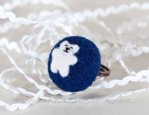 Колечко ручной работы Медвежонок белый на синем войлоке