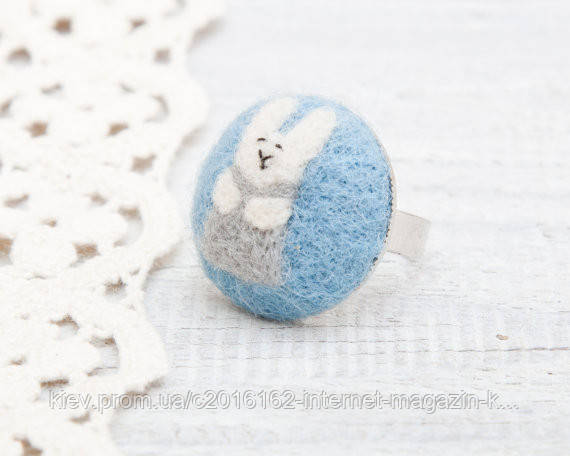 Кольцо ручной работы Кролик серый на голубом войлоке