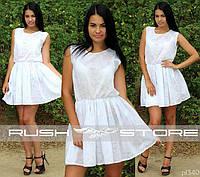 Белое нежное платье с цветочным узором