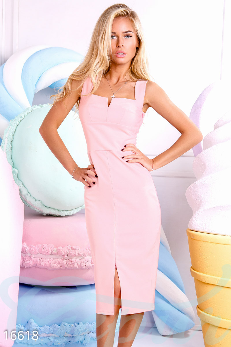 Элегантное платье средней длины с разрезом облегающее на бретельках пудрово розовое