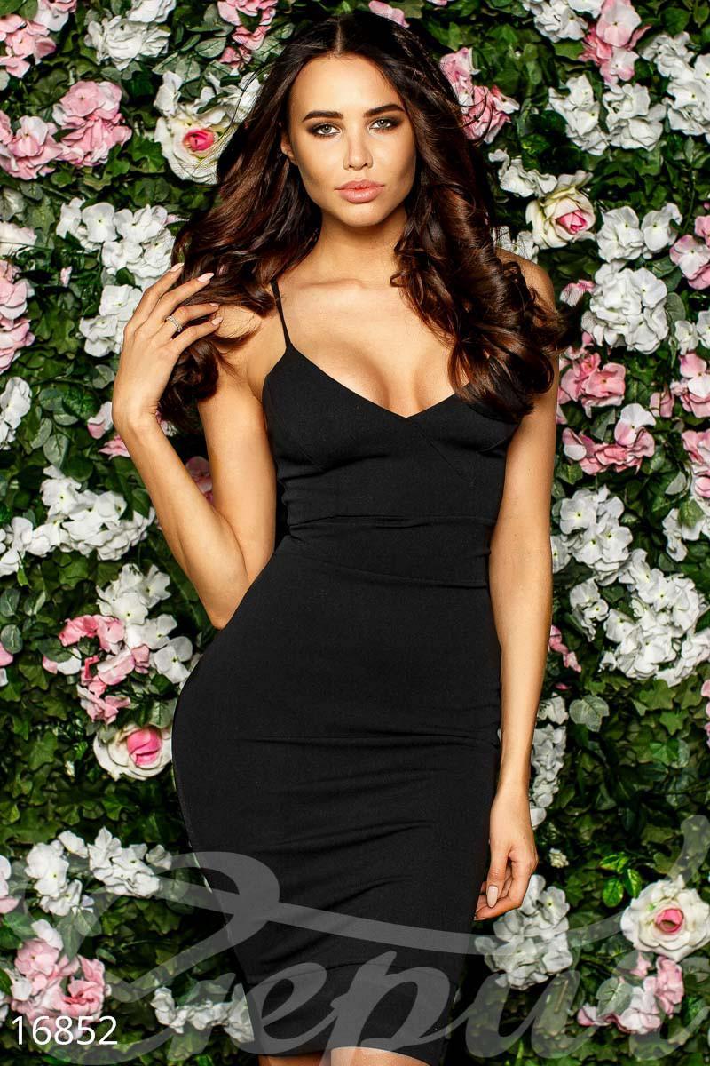 Стильное платье средней длины приталенное без рукав глубокое декольте черное