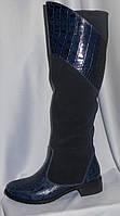 Женские синие зимние сапоги на низком ходу из натуральной замши и кожи крокодила