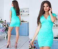 Яркое гипюровое платье с декольте