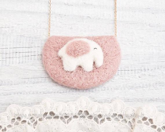 Кулон ручной работы Слон бело-розовый на розовом войлоке