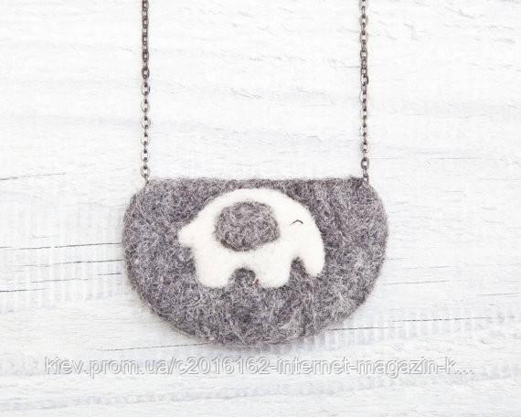 Кулон ручной работы Слон бело-серый на сером войлоке