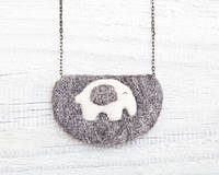 Кулон ручной работы Слон бело-серый на сером войлоке, фото 1