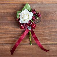 Бутоньерка цвета марсала с белой розой