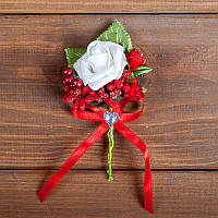 Свадебная бутоньерка в бело-красных тонах