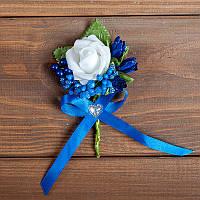 Свадебная бутоньерка для свидетелей бело-синяя
