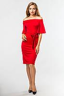 Красное вечернее платье до колен с открытыми плечами и поясом