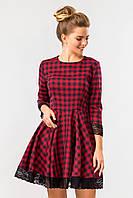 Нарядное женское красное платье в клетку с юбкой-клеш и кружевом