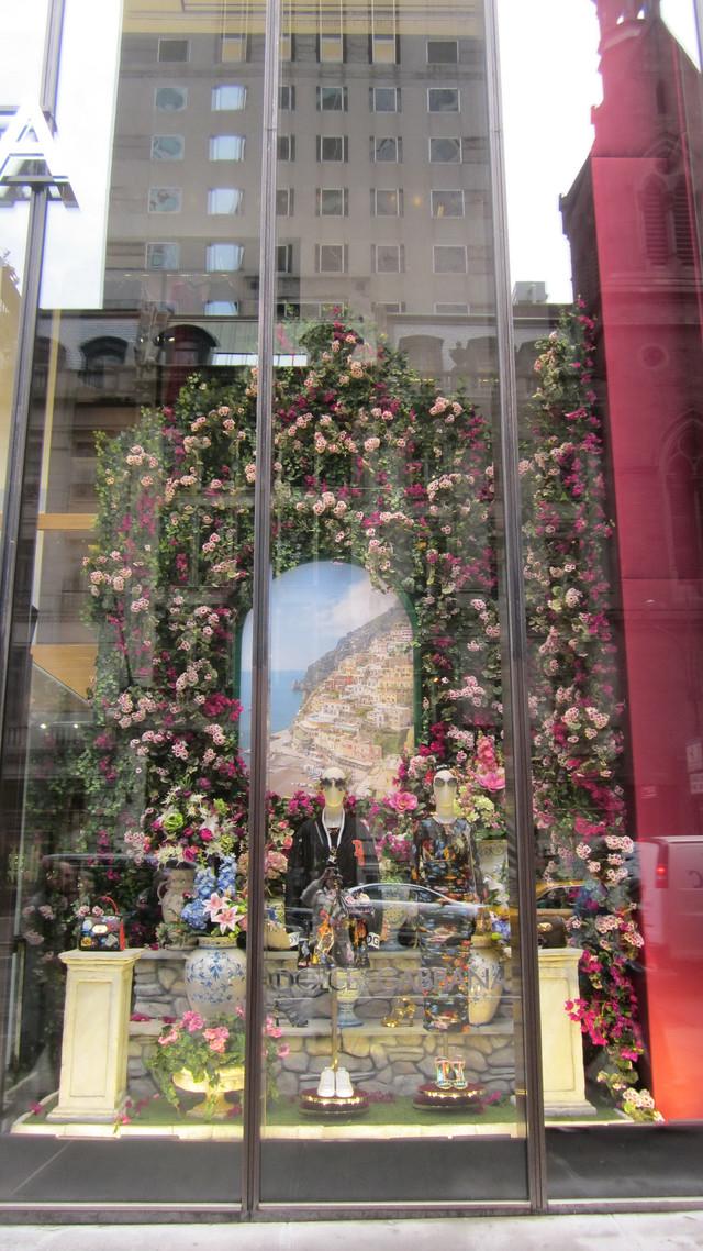 Раздел Длинные туники - фото teens.ua - Нью-Йорк,витрина магазина Дольче Габана