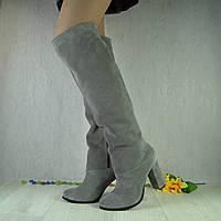 Женские ботфорты из натурального замша серого цвета на устойчивом каблуке