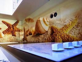 Морские звезды и раковины на песке отлично смотрятся на стеклянной панели
