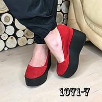 Замшевые туфли на maxi платформе красные